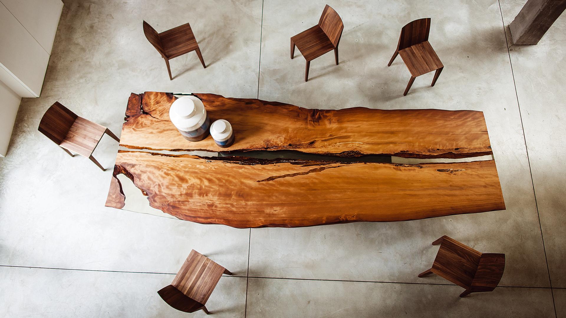 Riva 1920 – Tische aus 50.000 Jahre altem Kauri-Holz bei prinz wohnen