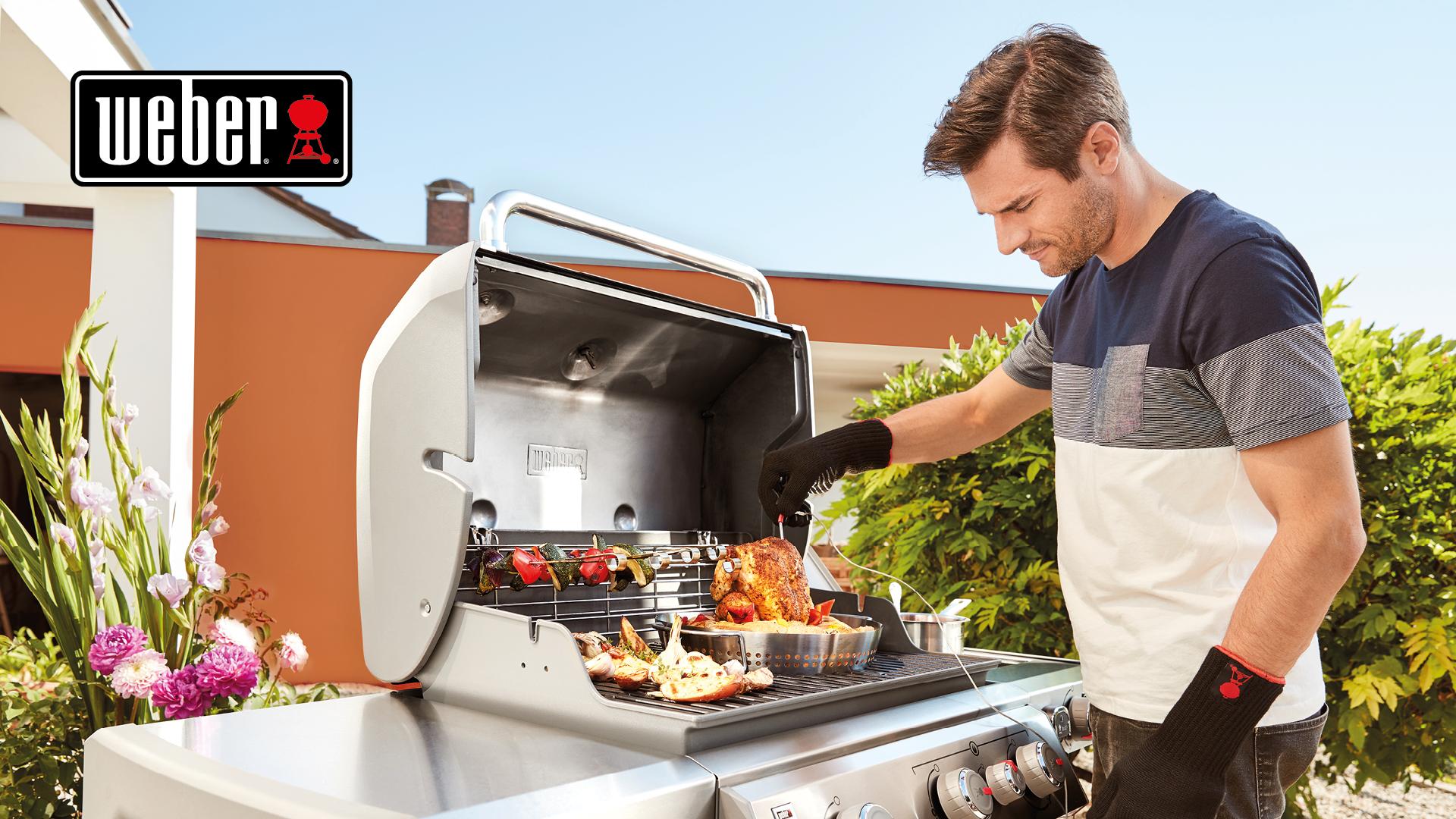 Mann grillt mit Weber Grill